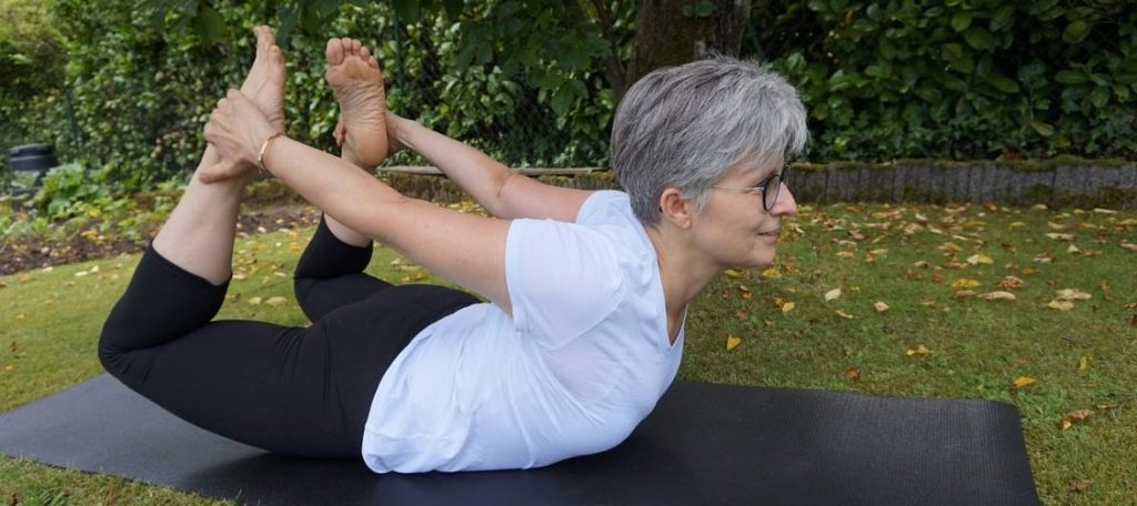 femme agée yoga parc