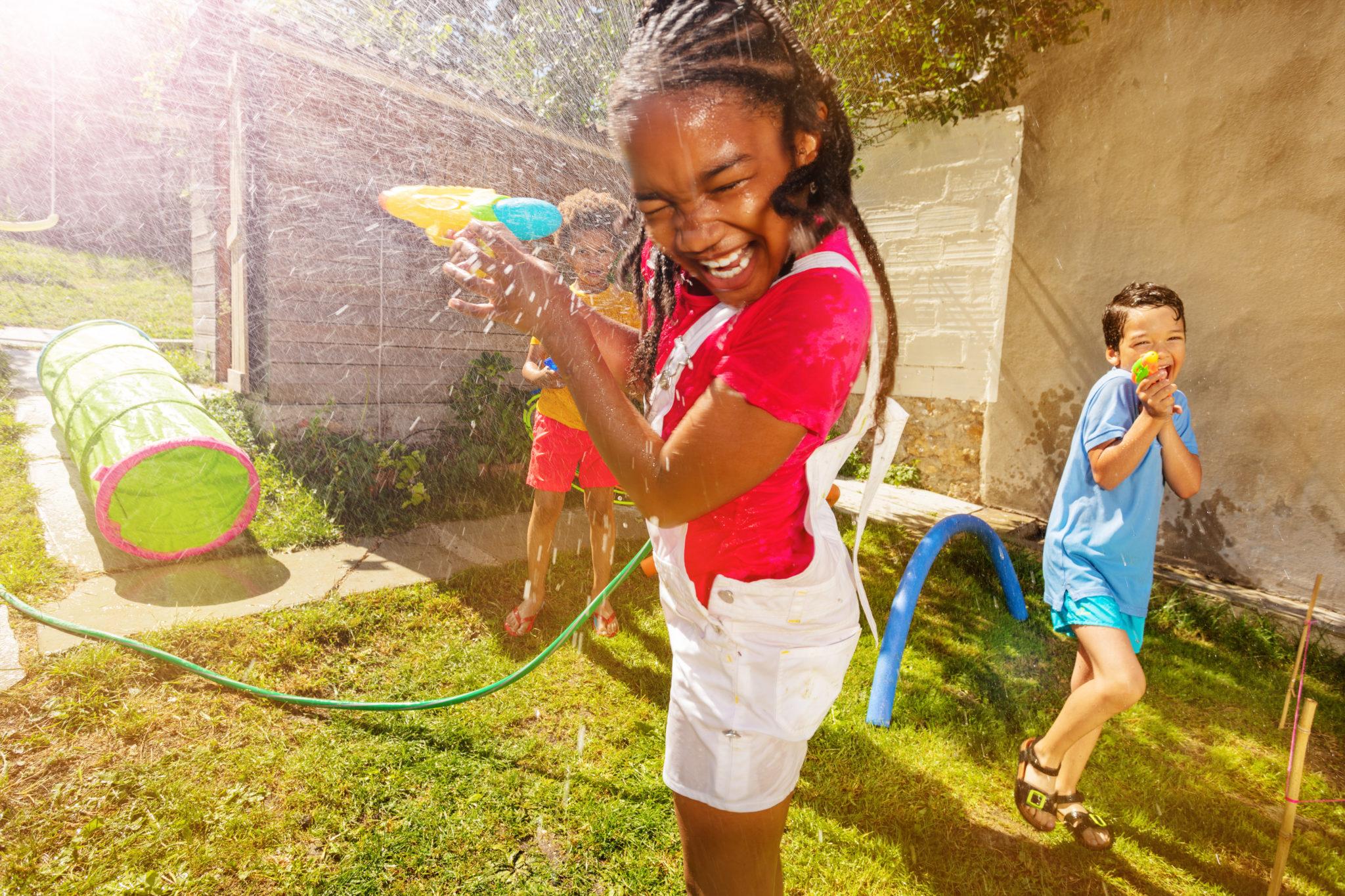 Activités petits enfants été - bataille d'eau enfants - Bazile Telecom