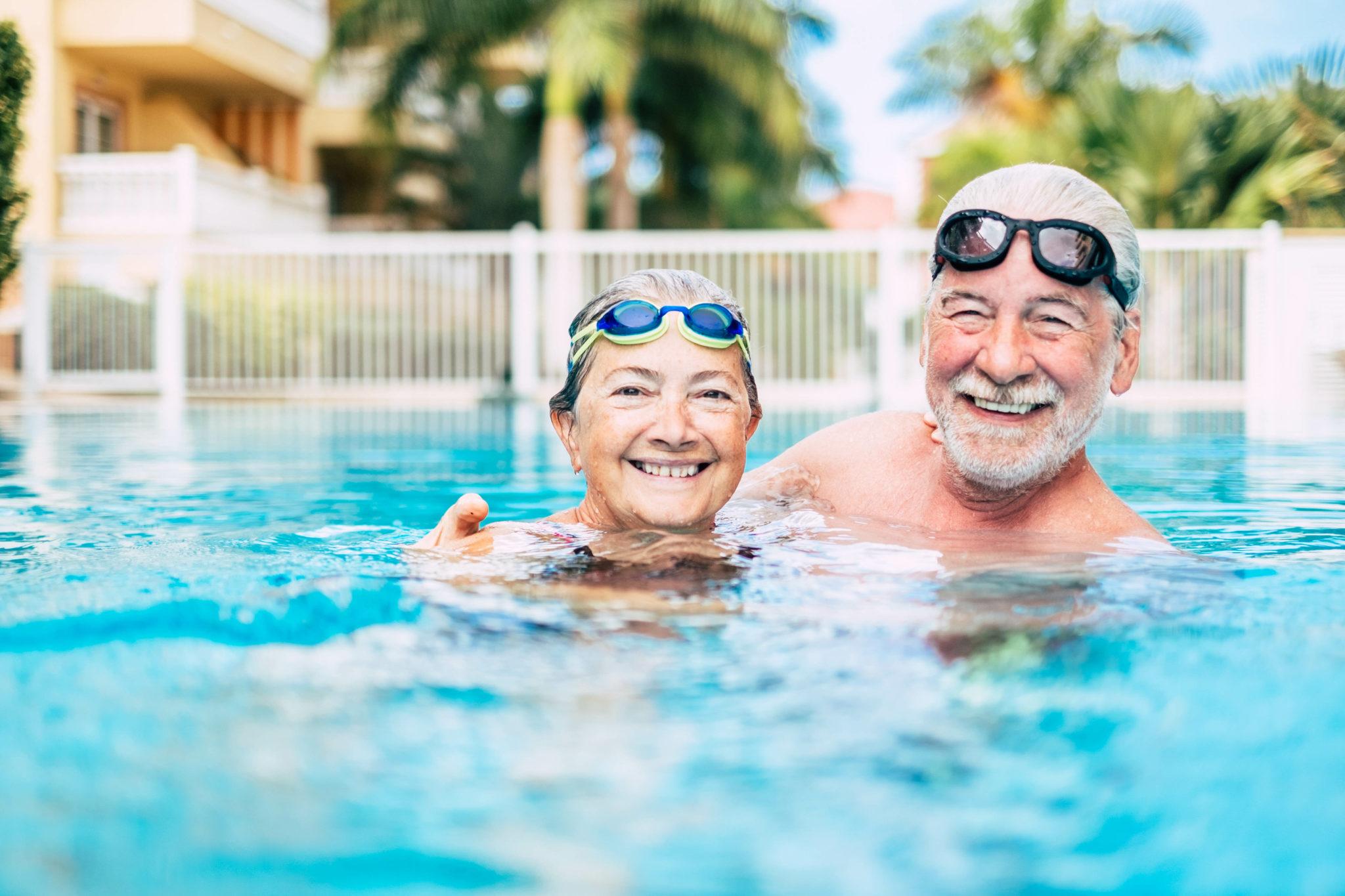 Seniors - activités à la retraite - natation - Bazile Telecom